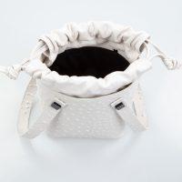 leila borsa a mano in pelle con stampa struzzo bianca piccola dettaglio