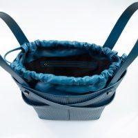 leila borsa a mano in pelle con trama a rilievo blu grande dettaglio